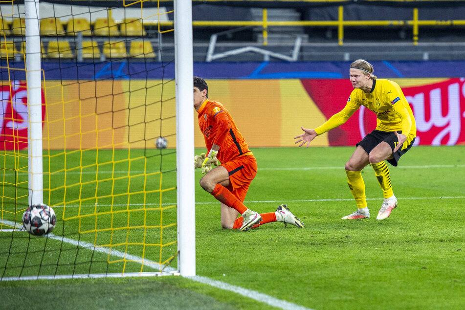 Erling Haaland (20, r.) geigt Sevilla-Schlussmann Bono (29) nach seinem Treffer ein paar Takte.