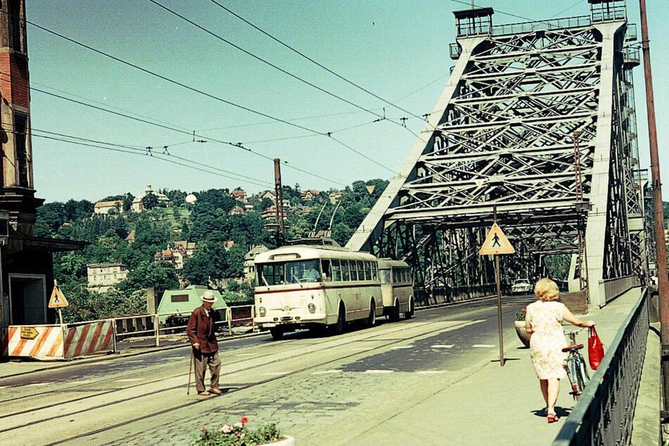 Um 1970 gehörte der O-Bus auf dem Blauen Wunder fest zum Stadtbild.