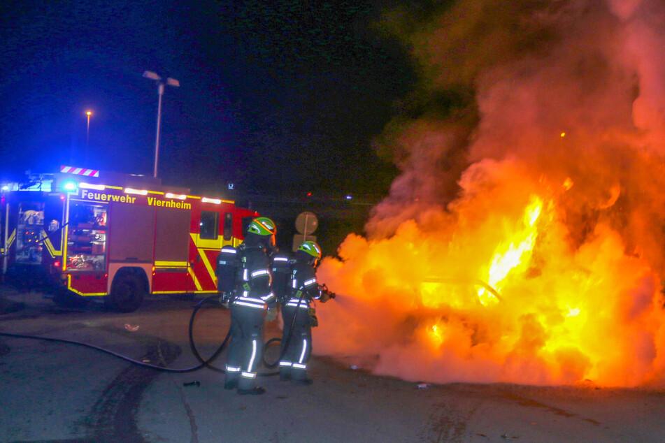 Auto fängt während der Fahrt auf A6 Feuer und steht dann lichterloh in Flammen