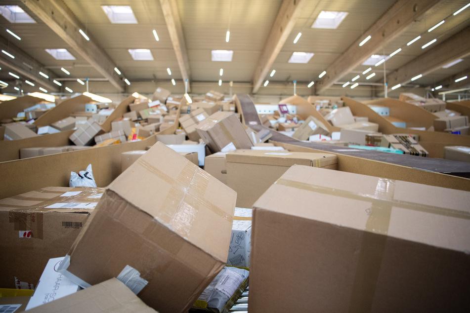 Obwohl Onlinehändler in der Corona-Krise deutlich mehr Bestellungen verschickt haben, kamen nach einer Studie der Universität Bamberg verhältnismäßig wenig Pakete wieder zurück.