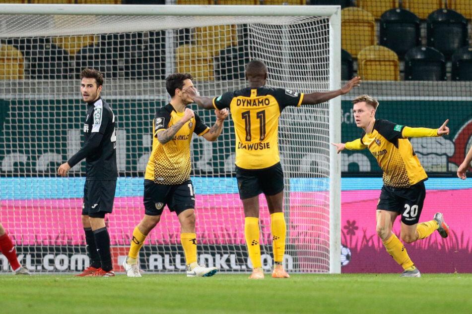 """Julius Kade (rechts) freut sich nach seinem tollen Seitfallzieher-Treffer gegen den SC Verl. Jetzt hofft er, mit Hilfe der Dynamo-Fans gute Chancen bei der ARD-Wahl zum """"Tor des Monats Dezember"""" zu haben."""