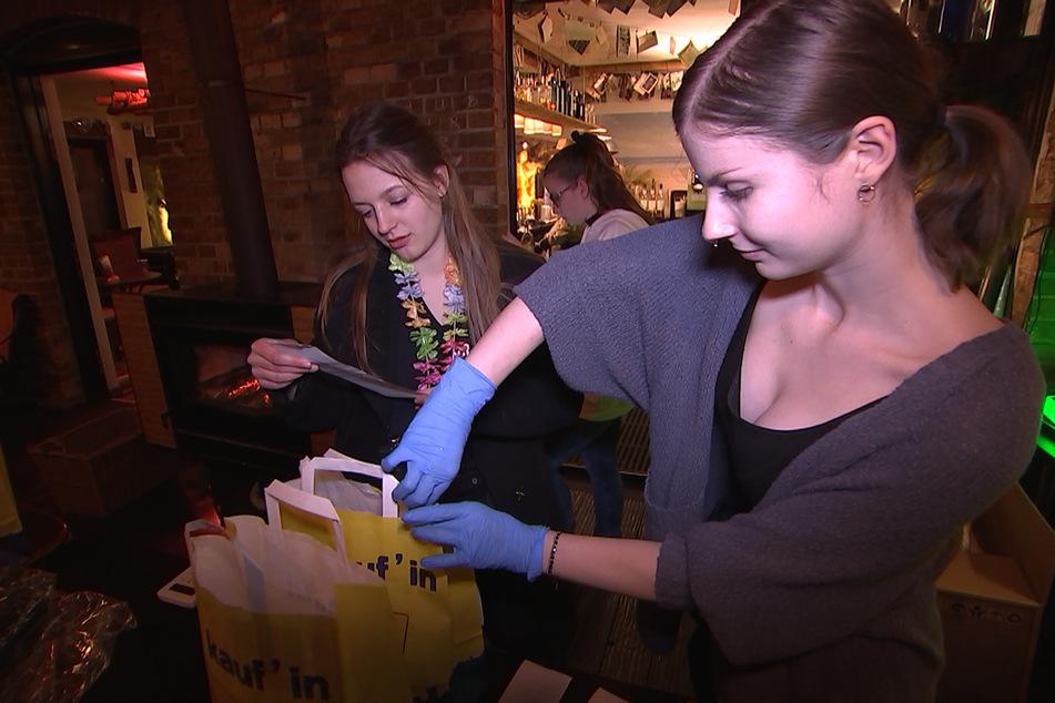 Sind die Cocktails fertig gemixt, werden sie in Tüten verpackt und zum Kunden ausgeliefert.