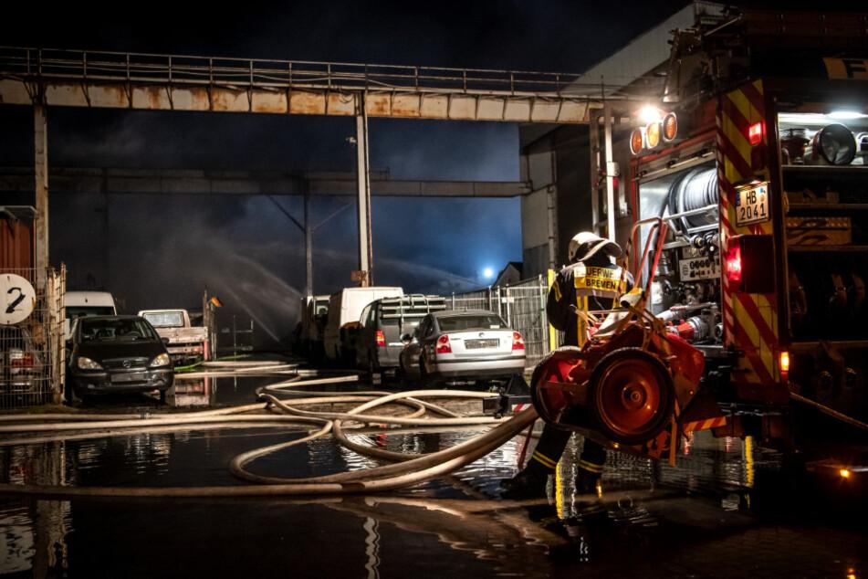 Explosion im Gewerbegebiet: Autos in Flammen, Feuerwehrmann stürzt von Dach