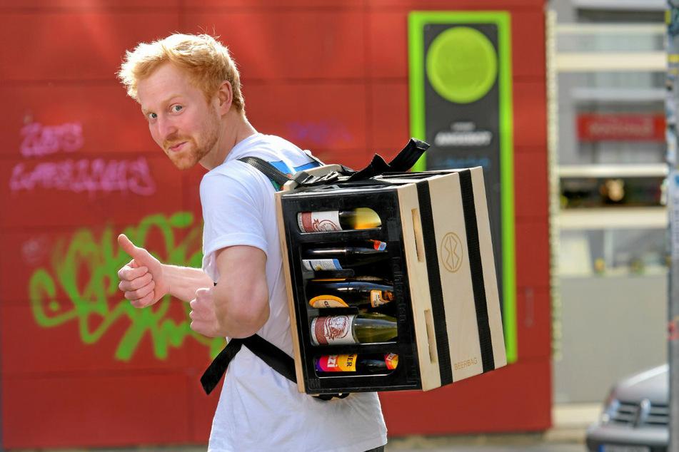 """Erfinder Tilmann Rothe (22) hat sich sein """"BeerBag"""" samt Kasten wie einen Rucksack umgeschnallt."""