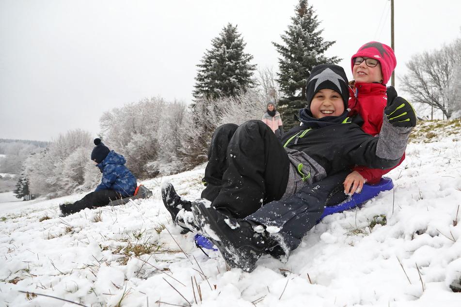 Laura Hildebrand (10, r.) und ihr Cousin Paul (8) machen den Hermsdorfer Queckenberg unsicher.