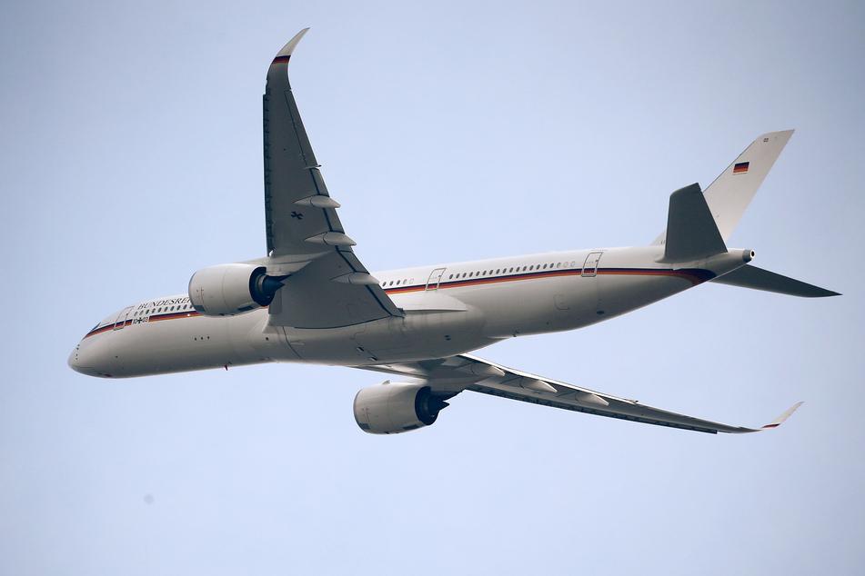 """Köln: Ein Bundeswehr-Airbus A350 """"Kurt Schumacher"""" der Luftwaffe startet auf dem Flughafen Köln/Bonn. Die Maschine der Luftwaffe ist mit Hilfsmaterial für das von einer besonders schlimmen Corona-Welle erfasste Indien gestartet."""