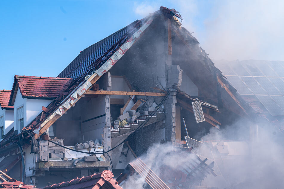 Durch eine Explosion wurde eine Doppelhaushälfte im bayerischen Rohrbach an der Ilm zerstört.