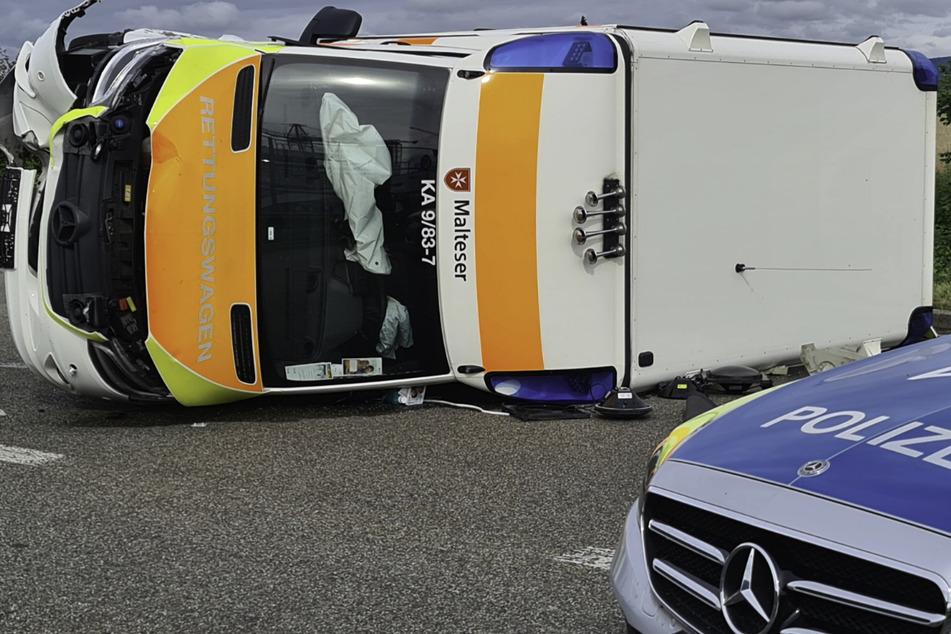 Bei dem Unfall ist der Rettungswagen umgekippt.