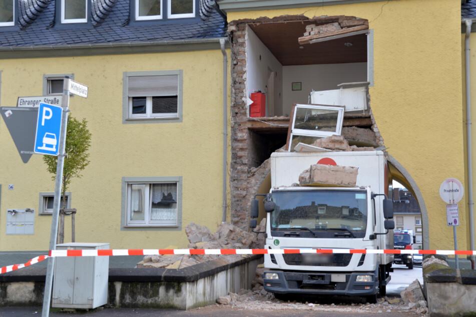 Lastwagen lässt Mehrfamilienhaus einstürzen: Das ist die Ursache