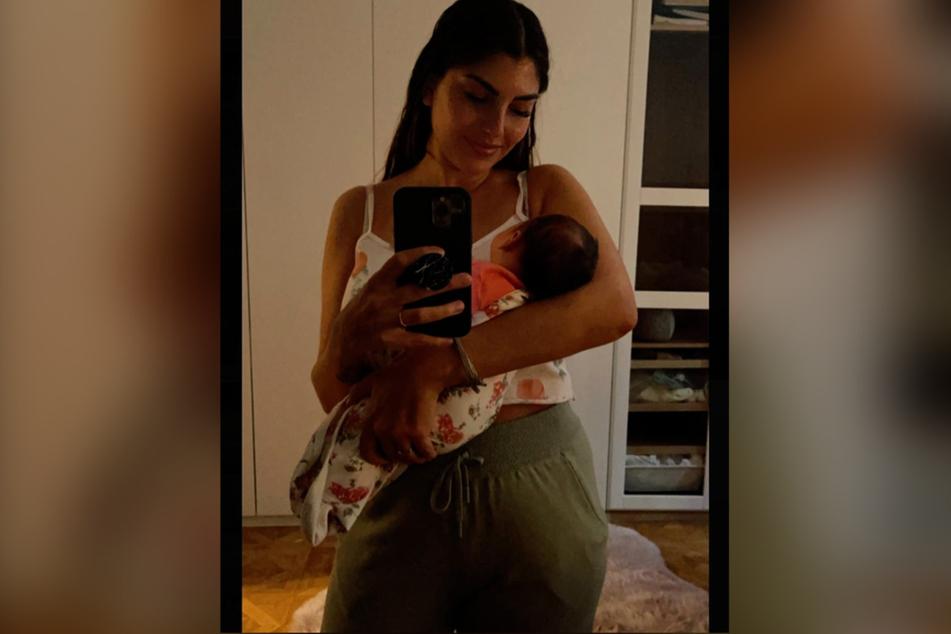 Yeliz Koc (27) hält ihre Tochter Snow Elanie im Arm.