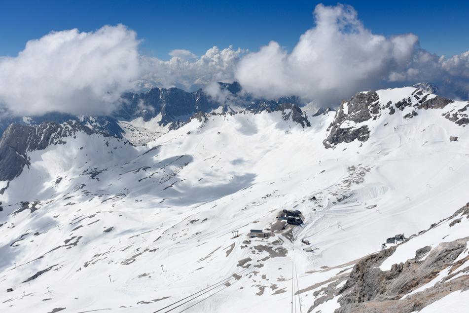 Lawinenabgang an der Zugspitze: Hubschrauber suchen Gebiet ab