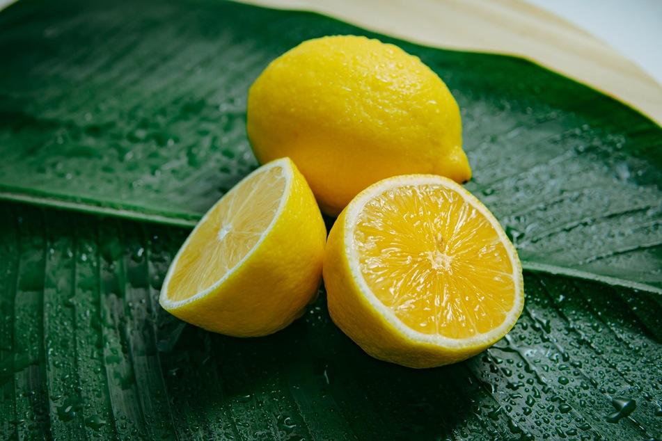 Zitronensäure ist sehr effektiv, um eingebranntes Fett im Backofen zu lösen.