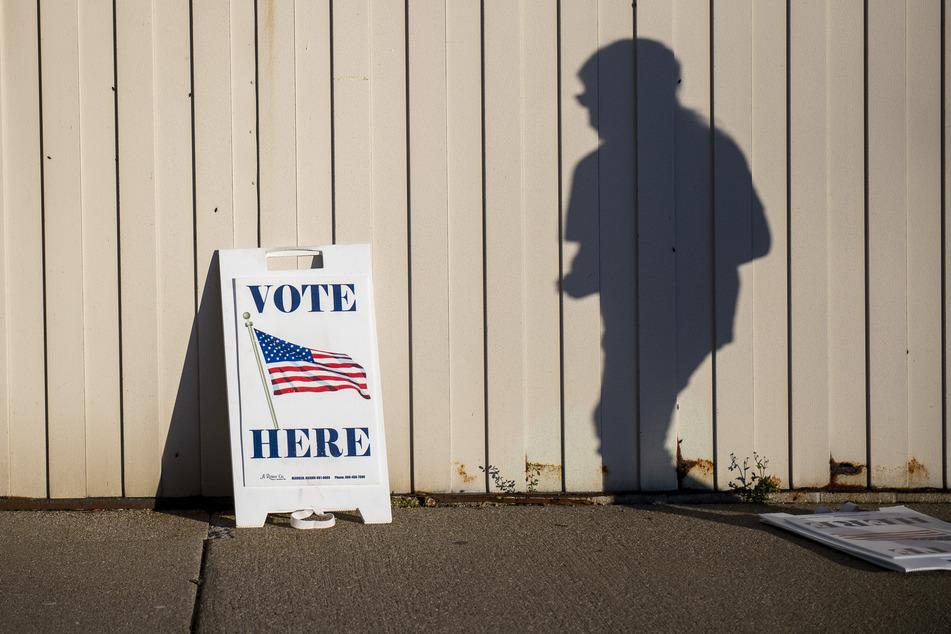 Ein Wähler geht am Tag der US-Präsidentschaftswahl zum Boys & Girls Club der Great Lakes Bay Region (Michigan), um seine Stimme abzugeben.