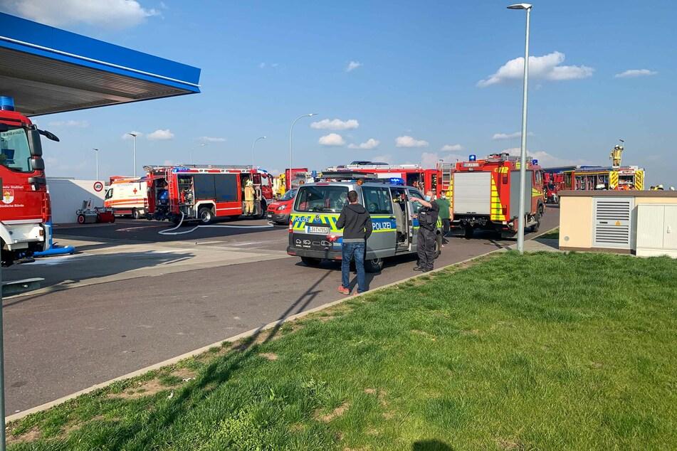 Die Feuerwehr rückte mit einer Vielzahl an Fahrzeugen an den Autohof an.