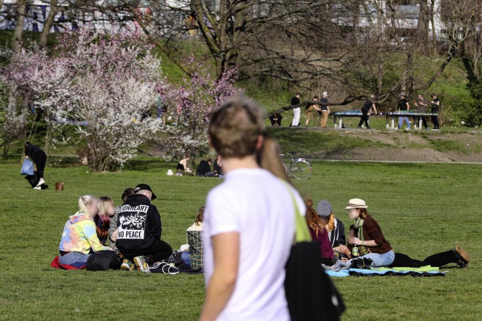 Im Alaunpark tummeln sich noch immer viel zu viele Leute, riskieren mit ihrem Verhalten eine Ausgangssperre für alle Dresdner. Darum: Bitte geht nach Hause. Jetzt!