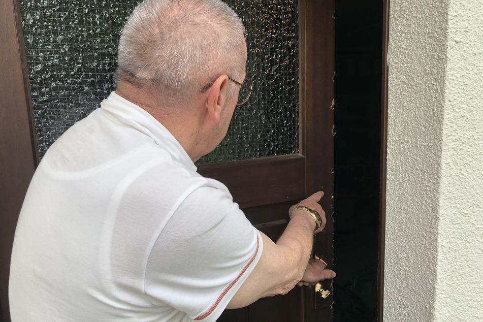 Grobe Einbruchsspuren: Helmut Steiner (74) hatte nicht gemerkt, dass Einbrecher nachts in sein Haus am Elsteruferweg einstiegen.