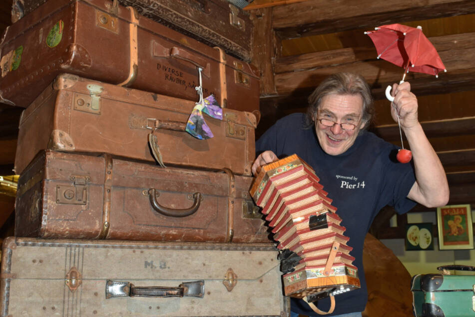 """Wolfgang Lasch (70) alias Clown """"Locci"""" präsentiert seine geschichtsträchtigen Kisten und Koffer."""