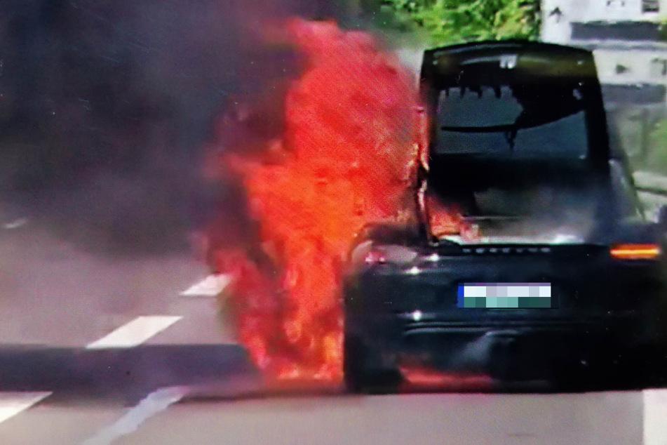 Stuttgart: Porsche geht während der Fahrt in Flammen auf und fackelt ab