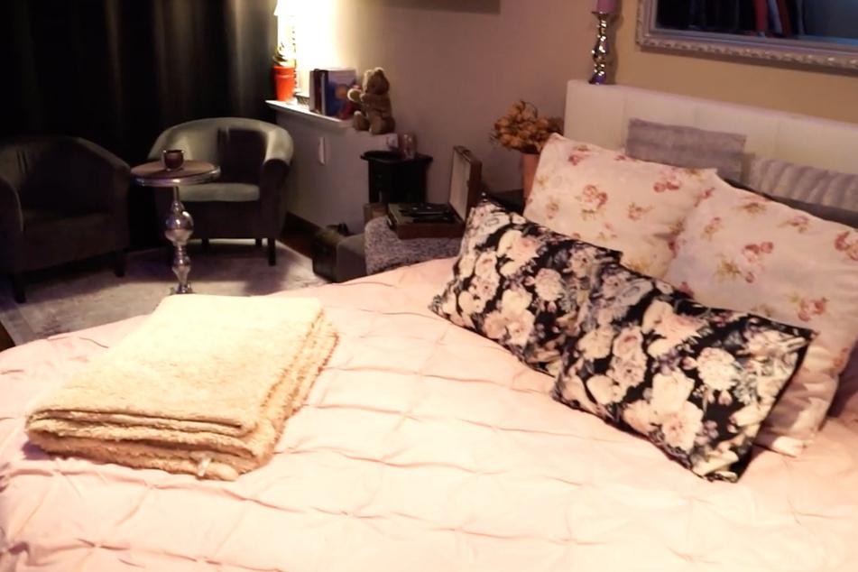 Leoni (23) lebt in anderthalb Zimmern. Neben einem großen Bett befinden sich im Wohnschlafzimmer noch zwei kleine Sessel und ein kleiner Tisch.