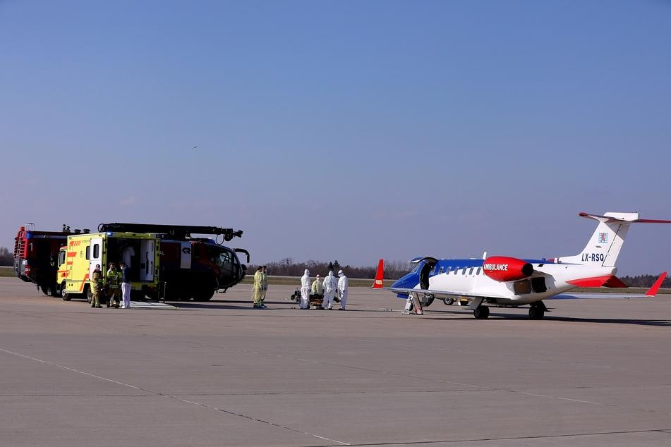 Das Ambulanz-Flugzeug landete auf dem Flughafen in Dresden.