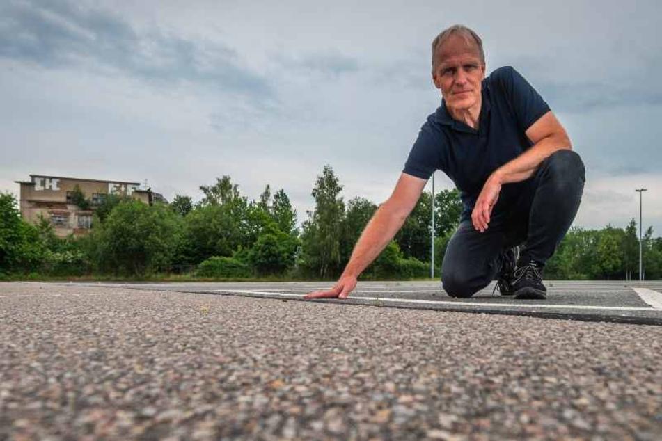 Grünen-Stadtrat Bernhard Herrmann (54) auf der Asphaltwüste vor der Messe: Er fordert weniger Flächenversiegelung.