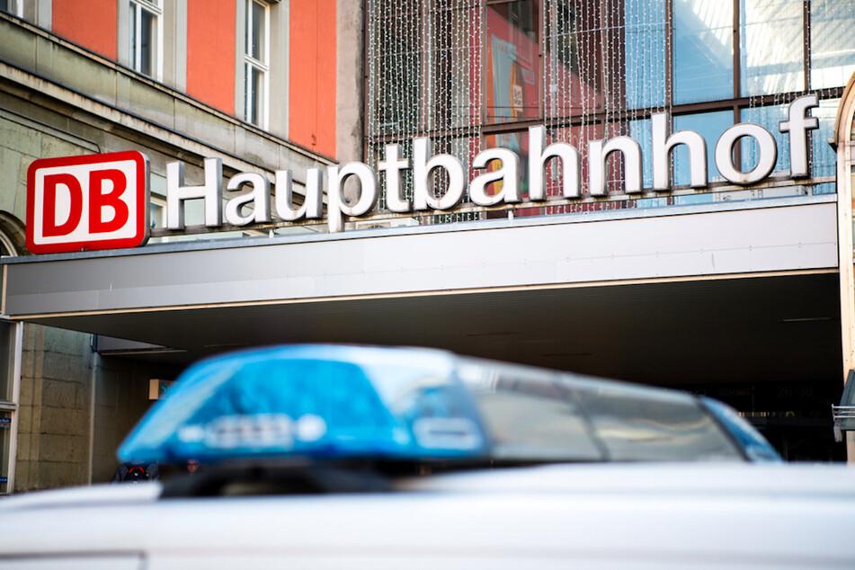 Ein 22-Jähriger und ein Sicherheitsmitarbeiter verhinderten am Münchner Hauptbahnhof wohl Schlimmeres. (Symbolbild)