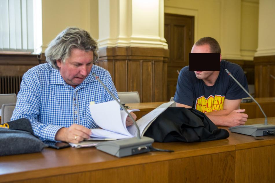 Schickte seine Droh-Mail verschlüsselt, gab darin aber seine eigene Kontonummer an: Dirk K. (r.), hier mit seinem Anwalt Ralf Juhnke, ist wohl Sachsens dümmster Erpresser.