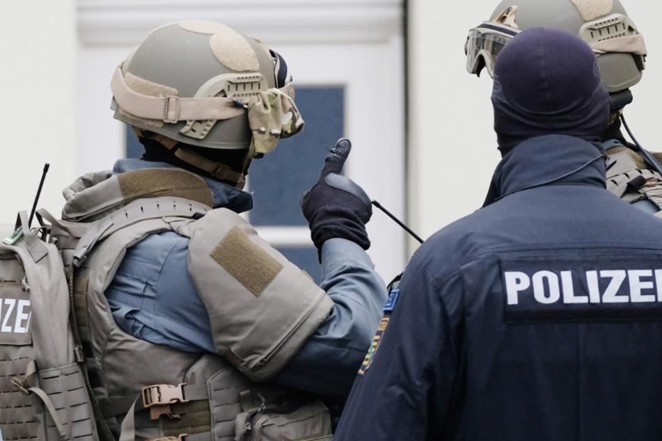 Illegaler Waffenhandel und versuchte Entführung bei Razzien aufgedeckt!