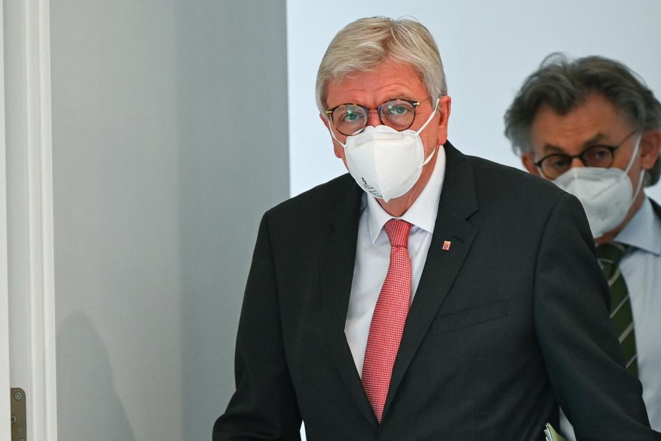 Das Foto vom 16. März zeigt Volker Bouffier (CDU, l) und Regierungssprecher Michael Bußer (CDU).
