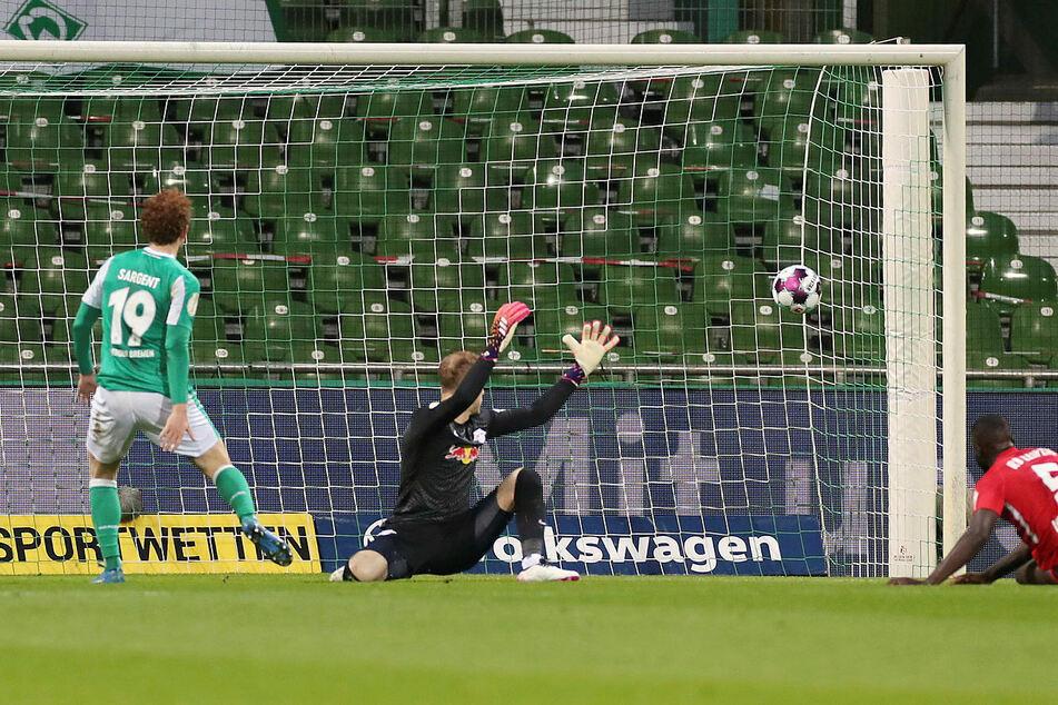 Riesendusel für RB Leipzig: Werder Bremens Josh Sargent (l.) schießt aus Nahdistanz und vor allem aus dem Nichts knapp am Kasten von Peter Gulacsi (M.) vorbei.