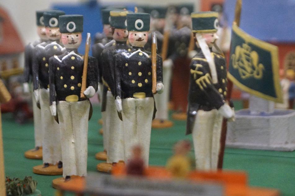 Diese Spielzeug-Bergmannfiguren aus Volker Karps Sammlung stehen aktuell im Kirchberger Rathaus.