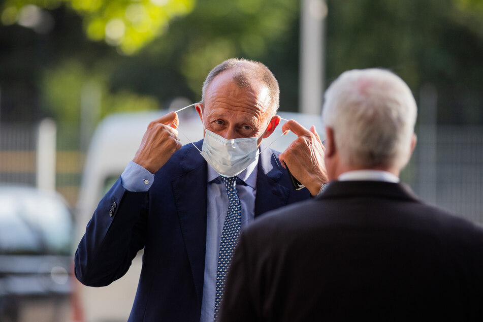 Friedrich Merz (CDU), ehemaliger Vorsitzender der CDU/CSU-Bundestagsfraktion, trifft mit Mund- und Nasenschutz zum Ständehaus-Treff in der Merkur-Spiel-Arena in Düsseldorf ein.