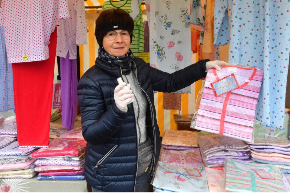 Textilhändlerin Regine Noack (68) nutzt neben Handschuhen auch Desinfektionsspray.