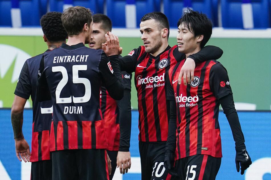 Eintracht Frankfurts Filip Kostic (2.v.r.) feiert mit seinen Teamkollegen seinen Treffer zum zwischenzeitlichen 1:0 bei der TSG 1899 Hoffenheim. Zudem bereitete der Serbe zwei Treffer vor.