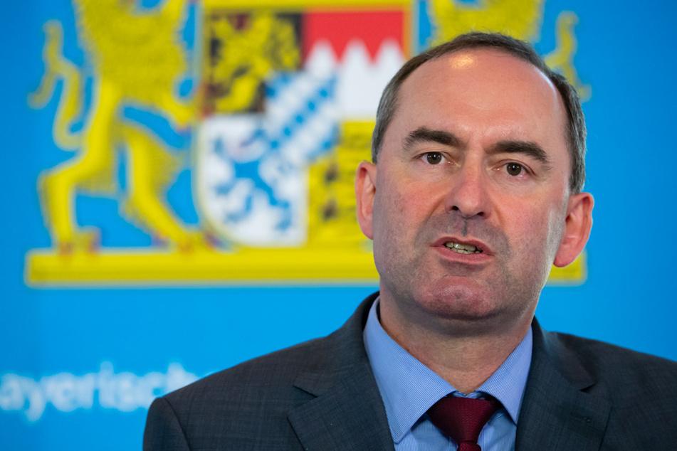 Hubert Aiwanger (Freie Wähler), Wirtschaftsminister von Bayern, nimmt nach einer Sitzung des bayerischen Kabinetts an einer Pressekonferenz teil.