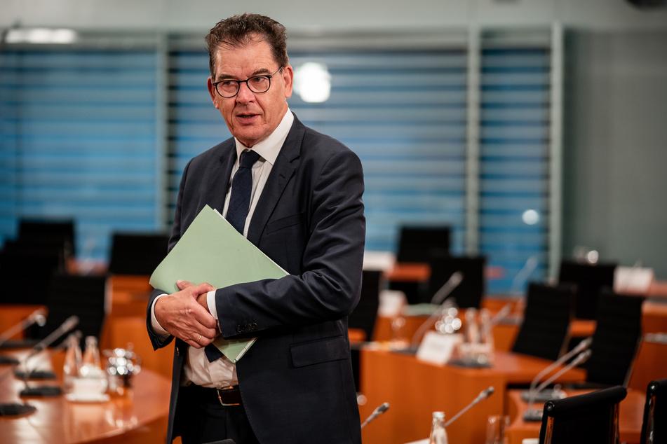Gerd Müller (CSU), Bundesminister für wirtschaftliche Zusammenarbeit und Entwicklung, wartet auf den Beginn der Sitzung des Bundeskabinetts im Kanzleramt.