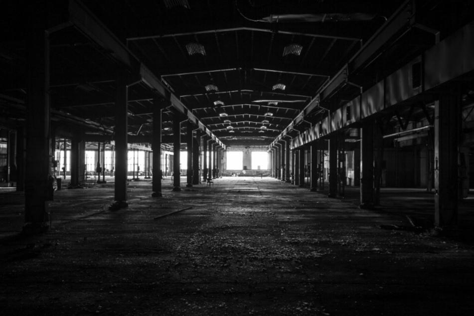 """Die ehemalige VEB Werkzeugmaschinenfabrik """"Fritz Heckert"""" in Chemnitz: Christian Sünderwald (52) fotografierte eine ehemalige Werkhalle. Er hat sich auf Schwarz-Weiß-Fotografien spezialisiert, spielt dabei mit Licht und Schatten."""