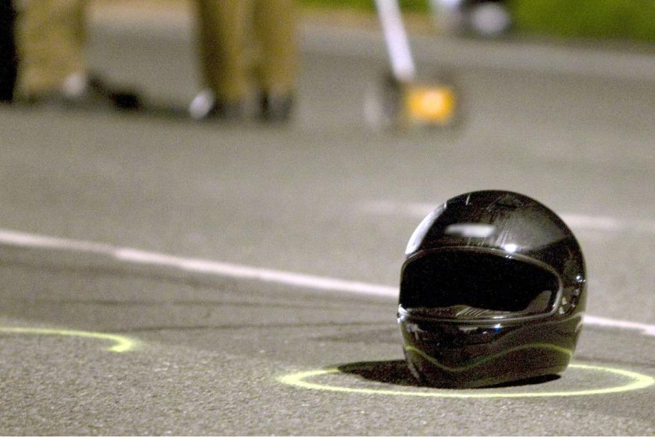 Ein Motorradfahrer ist bei einem schweren Unfall in Bayern ums Leben gekommen. Der Biker ist mit einem Traktor kollidiert. (Symbolbild)