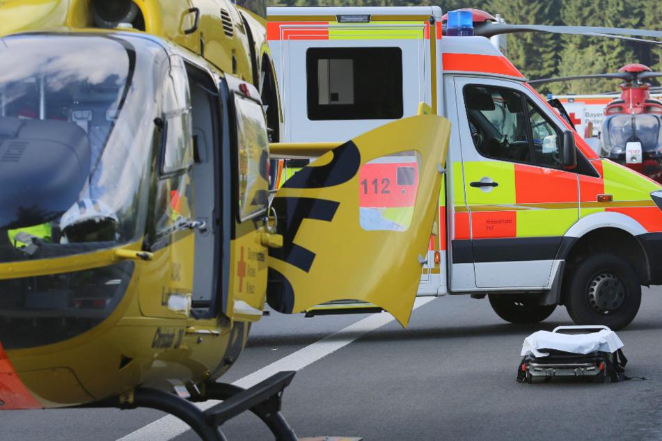 Eine 43 Jahre alte Frau ist in der Folge eines Unfalls auf der Autobahn 8 in Bayern schwer verletzt und ins Krankenhaus geflogen worden. (Symbolbild)