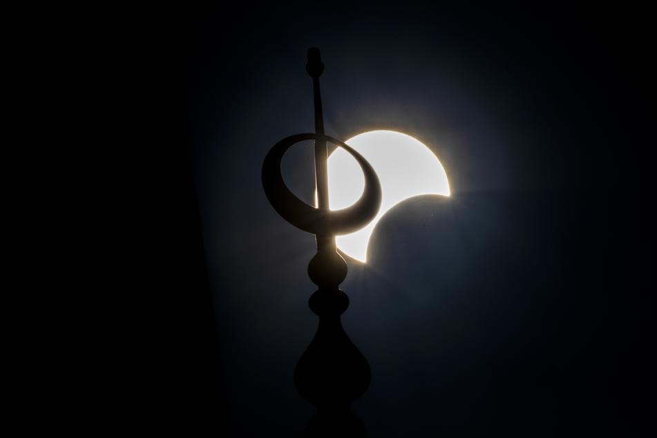 Die partielle Sonnenfinsternis ist in der Innenstadt von Beirut hinter dem Minarett der Mohammed-al-Amin-Moschee zu sehen.