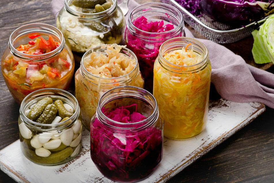 Essig kann man in der Küche vielfältig einsetzen: zum Verfeinern oder auch Konservieren.