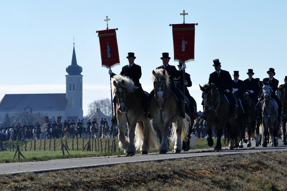 Zu Pferde in Frack und Zylinder verkünden die sorbischen Osterreiter traditionell die Kunde von der Auferstehung des Herren. (Archivbild)