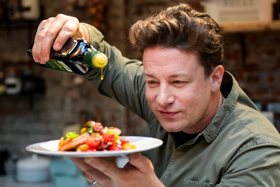 Der britische Koch Jamie Oliver (45) kocht in der One Kitchen Kochschule.