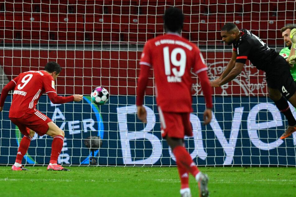 B04-Keeper Lukas Hradecky (r.) und Jonathan Tah (2.v.r.) behindern sich gegenseitig, sodass Bayerns Stürmer Robert Lewandowski (l.) ins leere Tor zum 1:1 einnicken kann.
