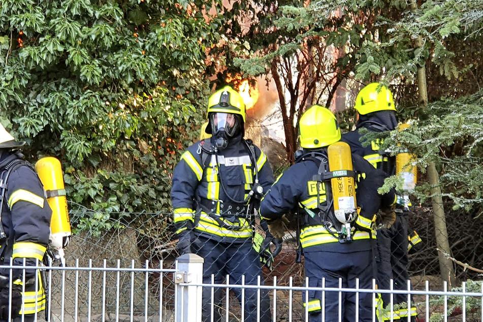 Die Feuerwehr kämpft weiter gegen die Flammen.