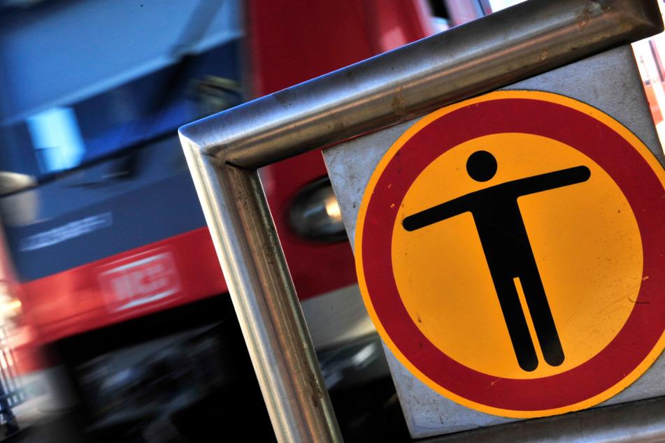 Frau stößt Jungen (9) ins Gleisbett, kurz darauf kommt eine S-Bahn
