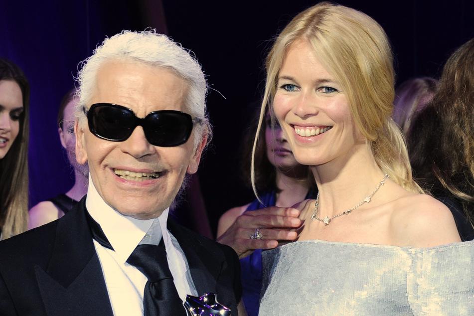 An der Seite des inzwischen verstorbenen Modedesigners Karl Lagerfeld wurde Claudia Schiffer zum bestbezahlten Topmodel der Welt. (Archivbild)