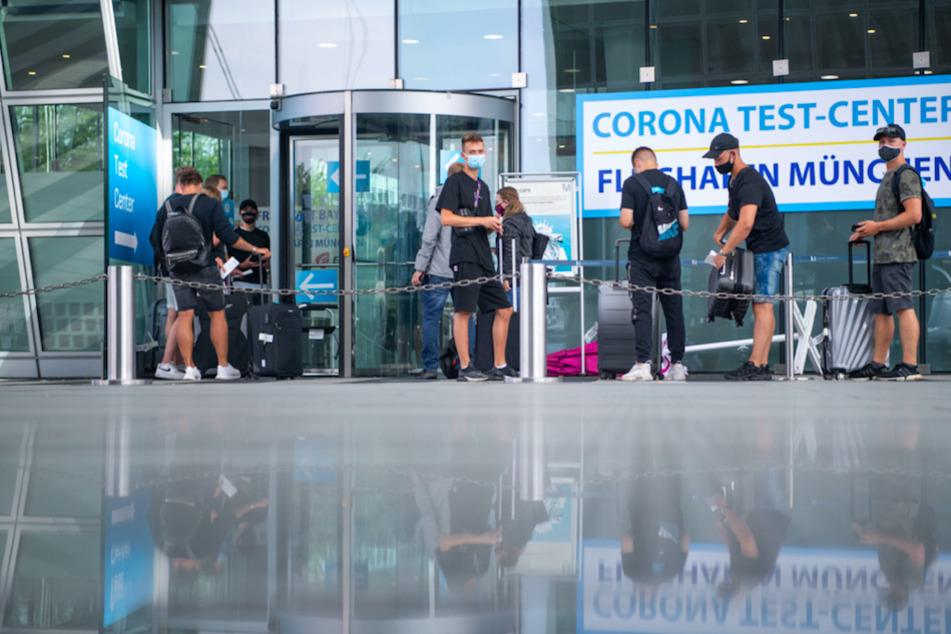 Eine junge Reisegruppe, die aus Kreta angekommen ist, steht vor dem Corona Test Center am Münchener Flughafen.