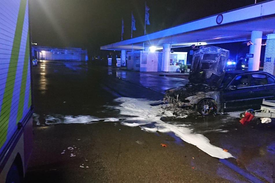 An Heiligabend sind an einer Tankstelle in Ratingen die Motorhauben mehrerer Autos ausgebrannt.