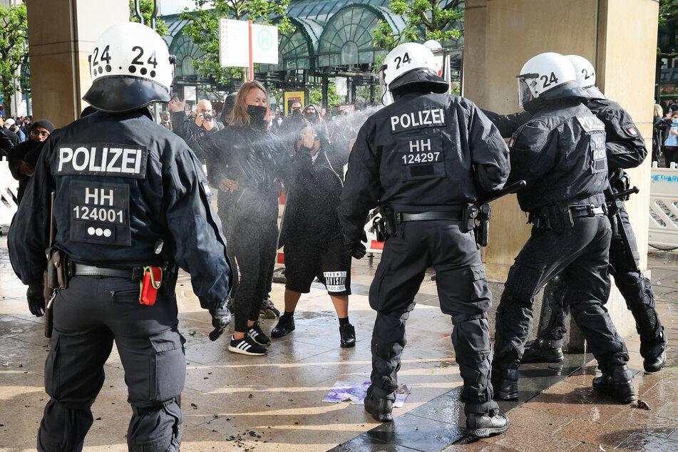 Im Anschluss an eine Kundgebung gegen Rassismus in der Hamburger Innenstadt kam es zu Auseinandersetzungen zwischen Demonstranten und der Polizei.
